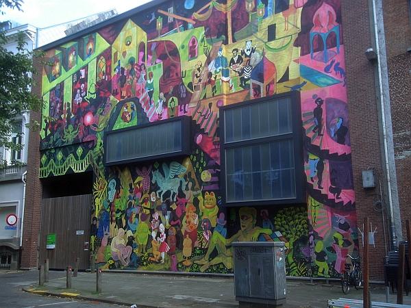 Mur de Brecht Evens à Oever (Anvers) vu de la droite